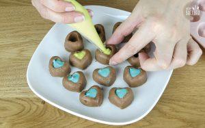 Schokoladen Fudge Rezept: Fudge mit den geschmolzenen Melts füllen