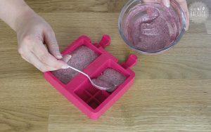 Fruchtpulver-Masse in die Form füllen