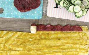 Herzhafte Brotrosen Rezept: Teigstreifen mit Salami belegen