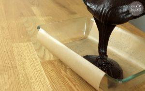 Craft Beer Brownies Teig in Auflaufform geben
