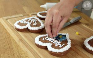 Lebkuchenherzen mit Zuckerschrift dekorieren