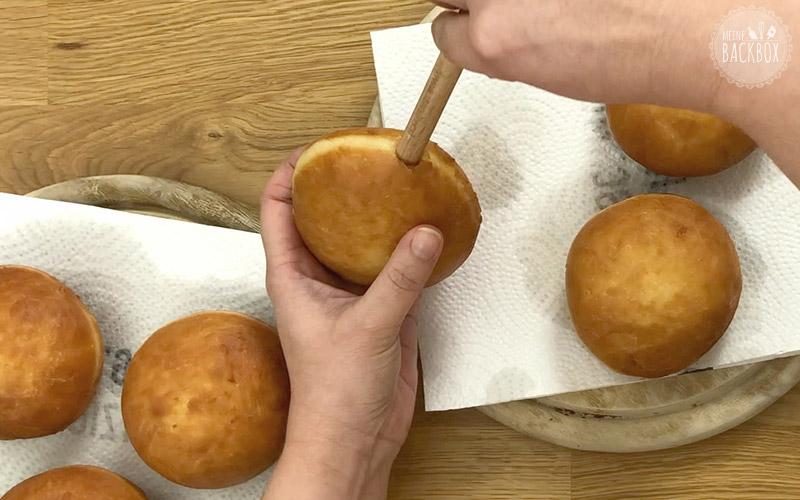 Die Krapfen seitlich einstechen und mit Marmelade füllen.