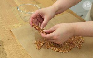 Frankfurter Kranz Cupcakes Rezept: Krokant in Stücke brechen