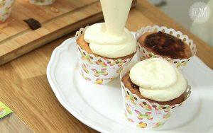 Frankfurter Kranz Cupcakes Rezept: Buttercreme spiralförmig auftragen