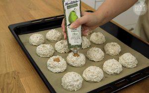 Haferflocken Makronen Rezept: Marmelade in die Mulden geben