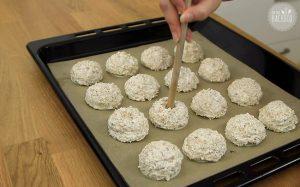 Haferflocken Makronen Rezept: Kleine Mulden in die Makronenmasse einstechen