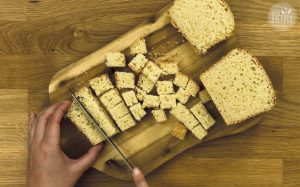 French Toast Auflauf Rezept: Toastbrot in Würfel schneiden