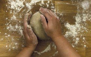 Schnelles Roggen Sauerteigbrot Rezept: Hände auf den Teig legen