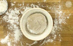 Schnelles Roggen Sauerteigbrot Rezept: Teig im Gärkorb gehen lassen