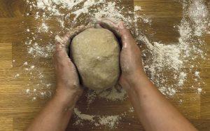 Schnelles Roggen Sauerteigbrot Rezept: Hände unter den Teig ziehen
