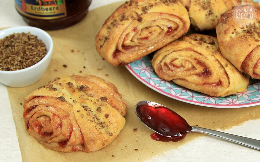Schnelle Franzbrötchen aus Hefeteig mit Erdbeer Kokos Zimt