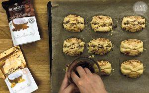 Schnelles Franzbrötchen Rezept: Franzbrötchen mit Kokoschips bestreuen