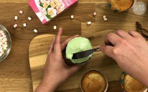 Blümchen Mandel Cupcakes Rezept: Creme aufstreichen
