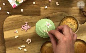 Blümchen Mandel Cupcakes Rezept: Marshmallow Blumen auflegen