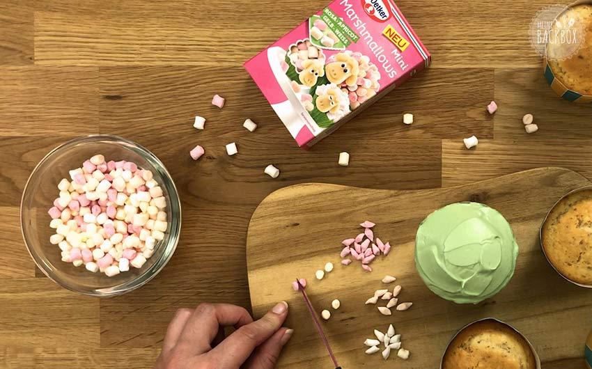 Blümchen Mandel Cupcakes Rezept: Marshmallows mittig teilen