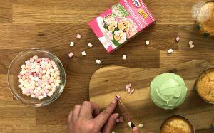 Blümchen Mandel Cupcakes Rezept: Marshmallows schräg durchschneiden