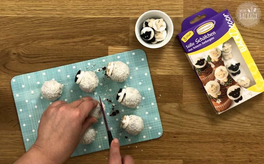 Schäfchen Cake Balls Rezept: Kugeln glatt abschneiden