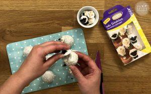 Schäfchen Cake Balls Rezept: Zuckerschäfchen anbringen