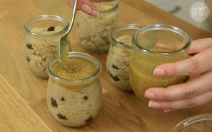 Suji Ka Halwa Rezept: Kardamomgrieß in Dessertgläser füllen