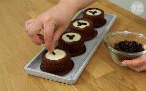 Malva Pudding Rezept: Küchlein mit Rosinen verzieren