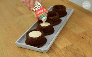Malva Pudding Rezept: Küchlein mit Vanillesoße übergießen