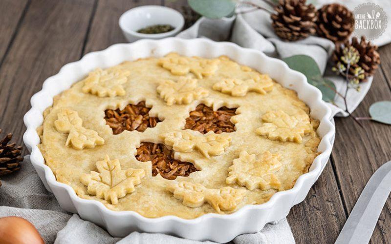 BBQ Jackfruit Pie Rezept mit herbstlicher Teigdecke