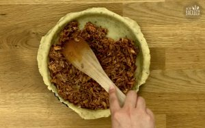 Barbeque Jackfruit Pie Rezept: Jackfruit-Masse in Form füllen