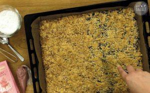 Prasselplätzchen Rezept: Plätzchen in Rauten schneiden