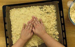 Prasselplätzchen Rezept: Streusel auf Blech verteilen