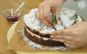 Schneegestöber Torte Rezept: Rosmarinzweige aufsetzen