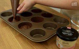 Mandel Lava Cakes Rezept: Teig in Muffinform füllen