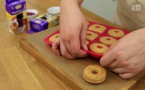 Mini Donuts Rezept: Donuts aus Silikonform lösen