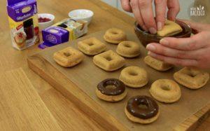 Mini Donuts Rezept: Donuts in Schokolade tunken