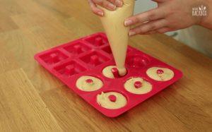 Mini Donuts Rezept: Teig in Silikonform füllen