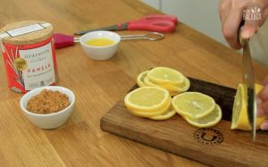 Upside Down Lemon Cake Rezept: Zitronen schneiden