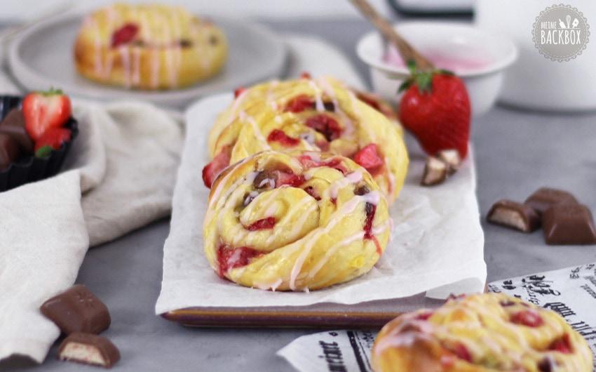Erdbeer Puddingschnecken mit Wildbeer-Tee Glasur