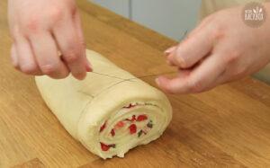 Erdbeer Puddingschnecken: Rolle mit einem Faden in Stücke schneiden