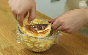 Pancake-Boden auf Mango-Vanille Charlotte legen