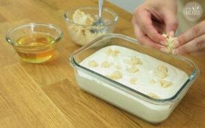 Cookie Dough zerbröseln und auf Lemon Cheesecake Eiscreme geben