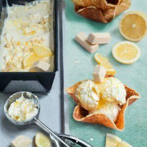 Cheesecake Eis Rezept mit Zitronensoße & Cookie Dough