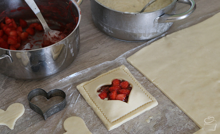 Erdbeer Rhabarber Blätterteigtasche