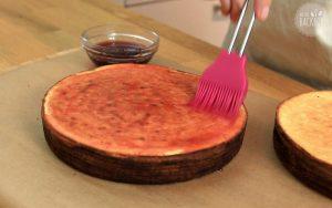 Baumkuchen mit Gelee bestreichen