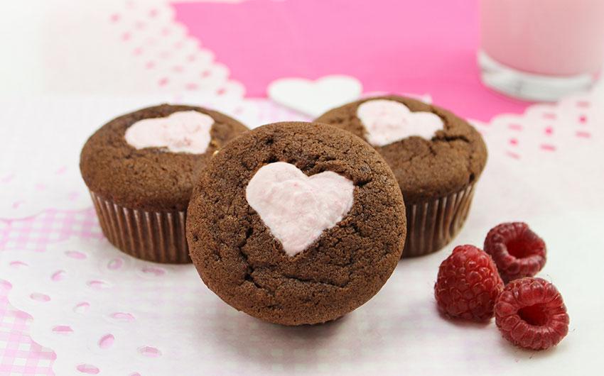 Beste Valentinstags Rezepte: Schoko Cupcakes mit Himbeer-Sahne von Amerikanisch-kochen