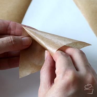 Die Spitze zum Schreiben entsteht durch das Einrollen an der Mitte der langen Seite